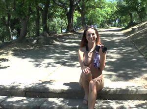 Голенькая туристка шагает по парку