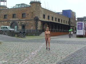 Женщина с красивой грудью гуляет голой