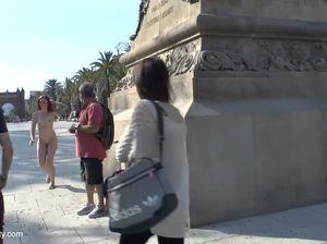 Привлекательная цыпочка позирует голой в центре города