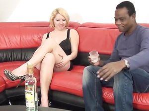 Негр напоил белую девушку и вдул ей на диване
