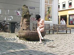 Худая девка с маленькими сиськами прошлась голая по городу