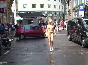 Миловидная чикса гуляет без одежды по городу