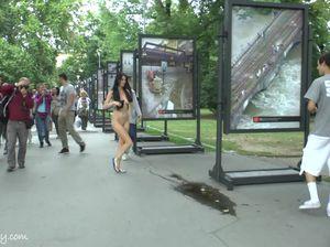 Брюнетка с красивыми сиськами гуляет голой в людном парке