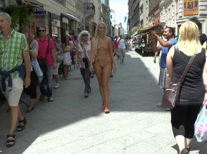 Загорелая блондинка разделась и прошлась голой по улице города