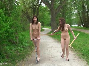 Красивые голые девушки развлекаются в общественном парке