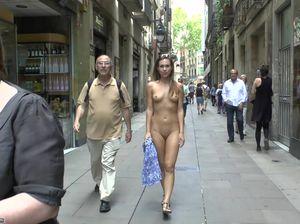 Под восторженные взгляды прохожих стройная голая девка гуляет по улице