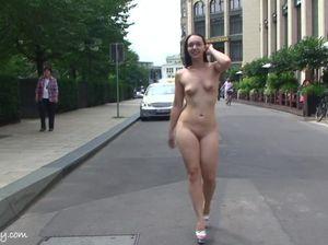 Худая телка позирует голой перед камерами посреди города