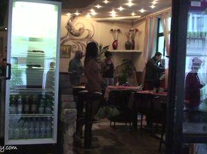 Прелестная милашка сверкает голым телом на публике