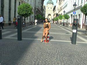 Публичное обнажение красивой девушки в самом центре города