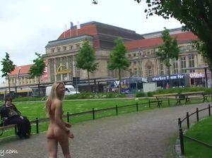 Голая красавица фоткается с туристами
