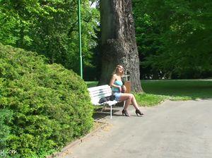Леди с красивым телом позирует обнаженной в городском парке