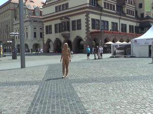 Телка ходит раздетой по улицам Лейпцига
