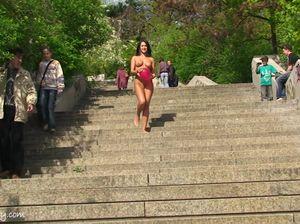 Голая красотка прогуливается по парку