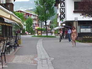 Симпатичная немка ходит голой по городу