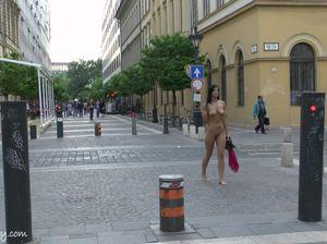 Девчонка сняла платье и идет по городу голой