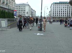 Пышка обнажилась и прогулялась по людным улицам