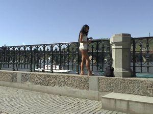 Девушка с красивой попой привлекает туристов обнаженным видом