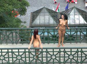 Голые красотки фоткаются с прохожими в общественных местах
