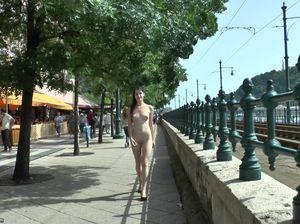 Голая малышка светит упругой попкой когда гуляет голой посреди города