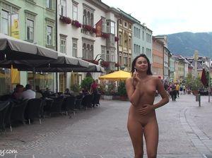 Кокетливая малышка без проблем ходит голая на улице столицы