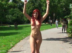 Красивая девушка разделась догола и пробежалась по парку