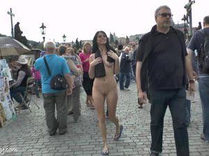 Шальная брюнетка засветила голую пизденку и сиськи на публике