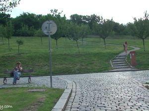 Милашка появилась голая на людях в общественном парке