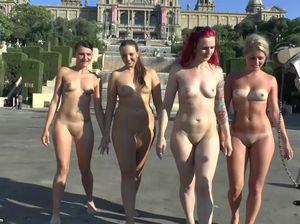 Четыре голые девушки позируют на улице у фонтанов на камеру