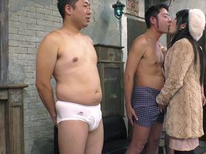 Узкоглазые мужики трахают по очереди симпатичную японочку