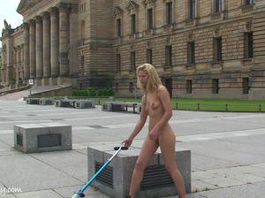 Телочка без трусиков гуляет по городскому парку
