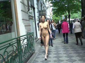 Самка разделась посреди людной улицы и прошлась голышом