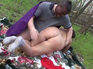 Парень с чулком на голове напал на милфу в парке и вдул ей