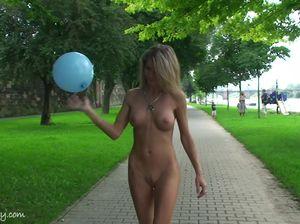 Девица с красивым телом гуляет голой по городскому парку