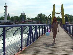Девка с маленькой грудью гуляет по набережной