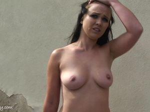 Эффектная брюнетка сверкает голыми сиськами на глазах у публики