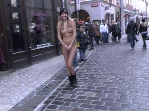 Горячая цыпочка раздевается на улице и показывает пизденку