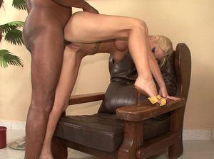 Негр поссал на блондинку на каблуках и выебал ее
