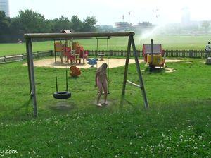 Голая сексуальная девушка без комплексов разгуливает в парке