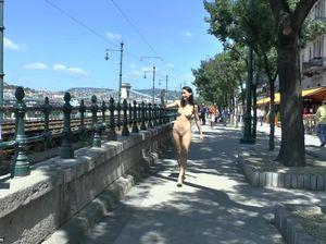 Девчонка с маленькими сиськами гуляет голышом на улице