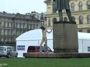 Худощавая экстремалка без проблем ходит голая на улице
