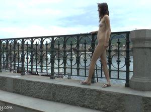 Молодая дура идет голышом по улице