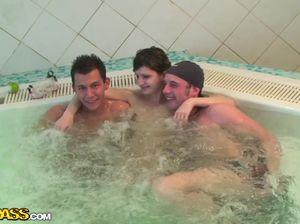 Шикарный групповой секс русских студентов в огромном джакузи