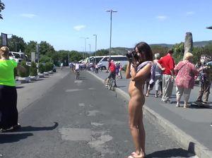 Раскрепощенная туристка без стеснения ходит голая на публике
