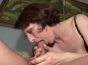 Старая шлюшка в чулках захотела секса с молодым парнем