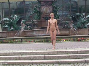 Бессовестная блудница раздевается в общественном месте
