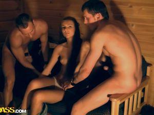 Пьяные русские телки во все отверстия ебутся с парнями на секс вечеринке