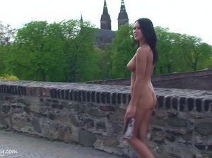 Виляя голой попой брюнетка прогуливается по городскому парку