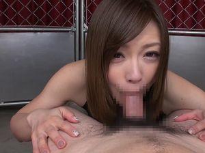 Маленькая азиатка глотает сперму