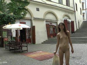 Худая сучка идет голая по улице