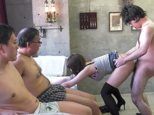 Юная азиатка в чулках сосет и трахается с толпой мужиков в своем подвале